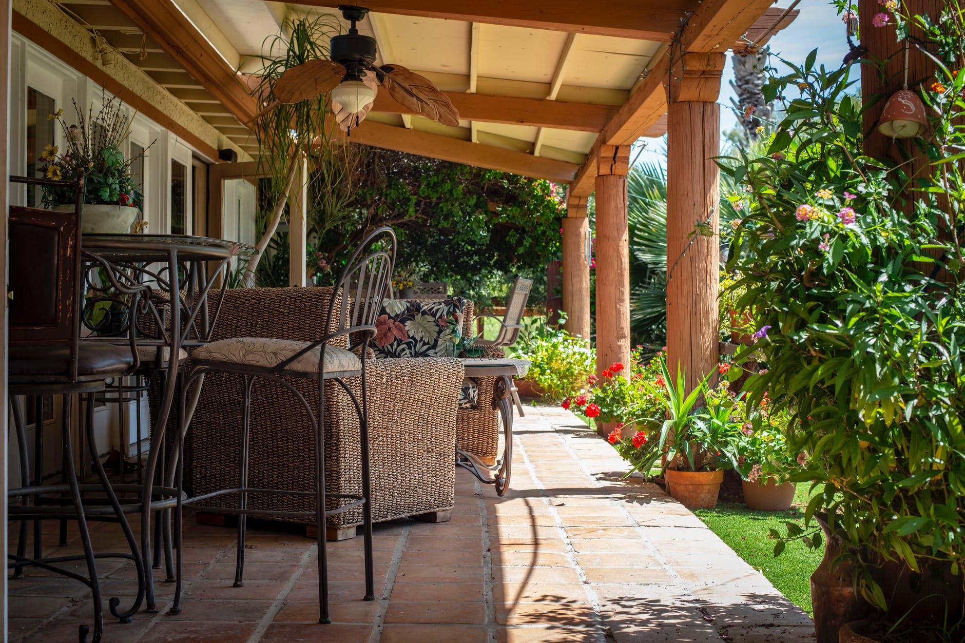 Come Arredare Un Portico Chiuso come realizzare un giardino in stile country e cosa non deve